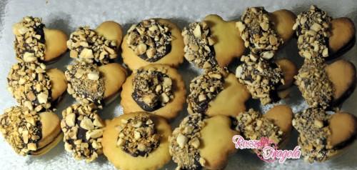 cuoricini con granella di mandorle,biscotti,biscotti con la frolla,ricette dolci,cucina,mandorle,burro,confettura
