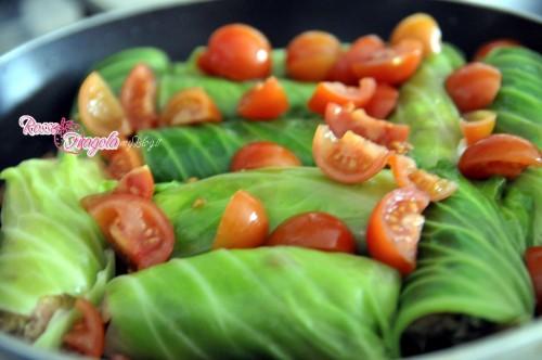 involtini con cavolo cappuccio,ricette veloci,secondi piatti,ricette con il cavolo cappuccio,rosso fragola,patate,tritato di carne,foglie di cavolo,pomodori ciliegino,